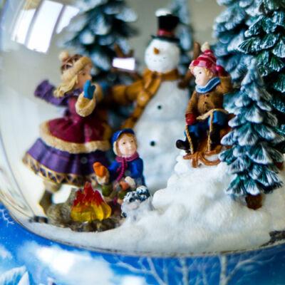 Óriás zenélő karácsonyi hógömb, A tűz körül (Musicbox, ajándéktárgy, 8-99 év)