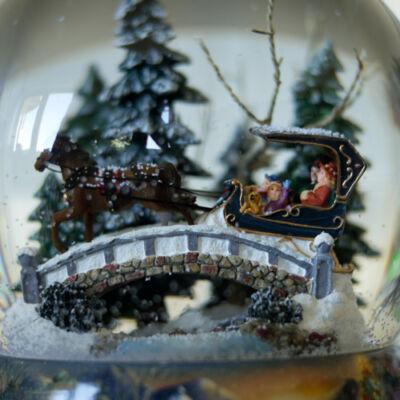 Karácsonyi Zenélő hógömb, Lovasszánon az fenyvesekben (Musicbox, ajándéktárgy, 3-99 év)