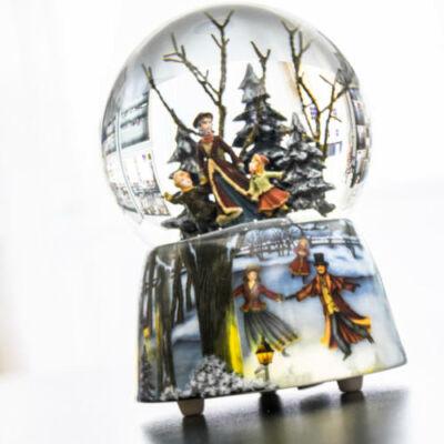 Zenélő karácsonyi hógömb, Korcsolyázó testvérek  (ajándéktárgy, 3-99 év)